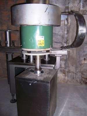 Alimentatore Bertuzzi a tazza vibrante per capsule e tappi